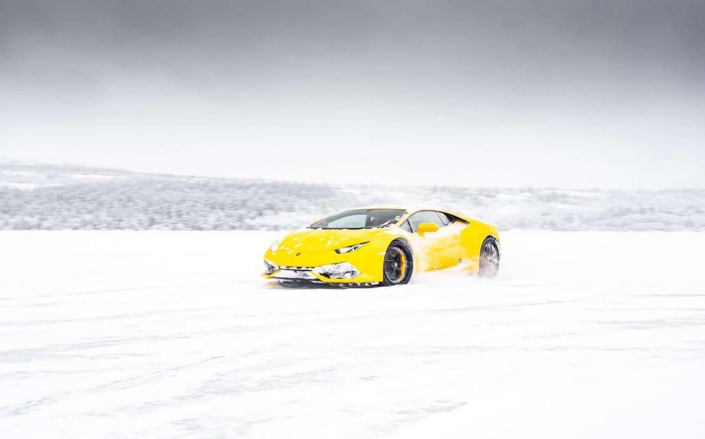画像に alt 属性が指定されていません。ファイル名: 雪に車がはまる-1024x638.jpg